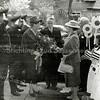 F0655 <br /> Ontvangst van de Commissaris van de Koningin mr. J. Klaasesz en echtgenote door burgemeester R. Sandberg van Boelens en echtgenote bij het gemeentehuis. Links politieman Van der Wees en als derde van links politieman Dieleman. Rechts een aantal verkeersbrigadiertjes. Foto: jaren '50.