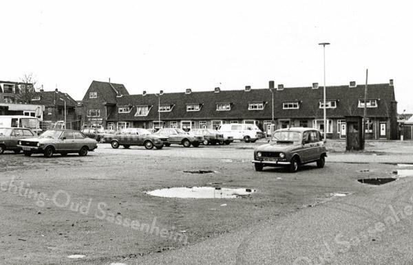 F1337 <br /> De panden aan de linkerzijde van Kerklaan. De lage huizen, de nrs. 3 t/m 17, zijn gesloopt in november 2001. In het hoge pand is nu de Wereldwinkel gevestigd. Op de plaats van de gesloopte panden is nu een ondergrondse parkeergarage gekomen en bovengronds zijn winkels gelegen met daarboven appartementen (Voorhavenkwartier). Foto genomen vanaf waar nu het Boschplein is.