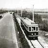 F3296<br /> Het tramviaduct onder de A44. De tram rijdt richting Sassenheim. De bollenschuur rechts is de schuur van Van der Voet.
