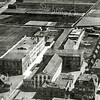 F2777<br /> Een luchtfoto van Sassenheim. Links de bollenschuur van B&K, in het midden de bollenschuur van Z&P. Rechts is de Zuiderstraat te zien. Foto: 1929.