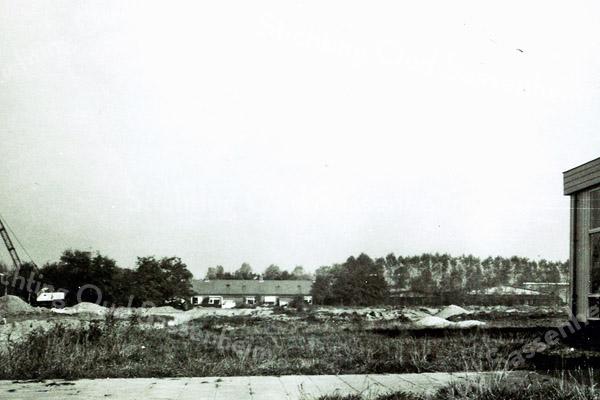 F0262 <br /> De uitbreiding van plan De Kooi in volle gang. Men is met de grondwerkzaamheden begonnen en we zien op de achtergrond de lage huizen aan de Geelhoornstraat. Rechts een hoek van kleuterschool De Kooirakkertjes; later is daar de Kagersingel langs gekomen. Dat schooltje is in 1985 weer afgebroken.  Foto: eind jaren '60.