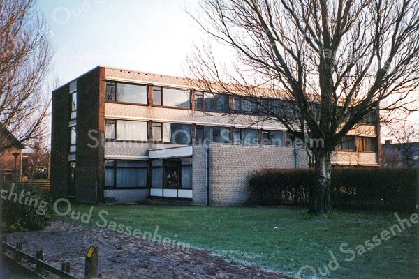 F0095 <br /> Het voormalige zusterhuis, behorende bij de St. Bernardus, is gelegen aan de Hoofdstraat. Er zijn plannen om dit gebouw af te breken en een groter, hoger gebouw neer te zetten. Foto: 1998.
