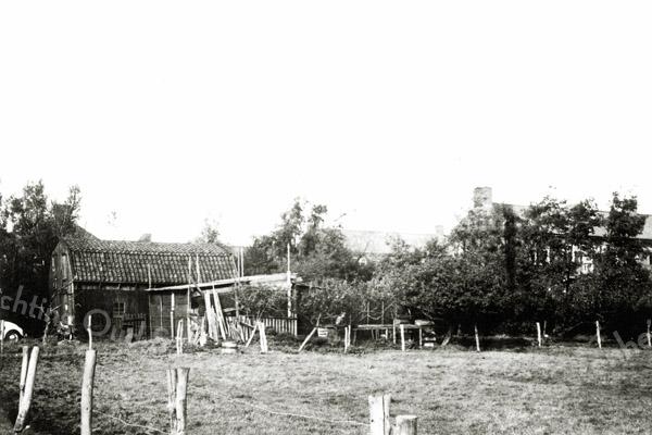 F0264 <br /> De schuur van Molkenboer in de jaren '50/'60. Hij boerde er wat bij in zijn vrije tijd. De schuur moet in het verlengde van de Lindenlaan en aan het eind van de Kagerstraat hebben gestaan, want rechts zien we de Joseph Elststraat. Foto: jaren '60.