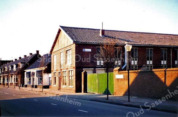 F0154 <br /> De Kunstaardewerkfabriek Velsen N.V. in de voormalige bollenschuur van J. Pereboom aan de Kerklaan, gezien vanuit het oosten. Deze foto geeft zicht op de zijkant van de fabriek met de poort en de afscheidingsmuur. Foto: 1996.