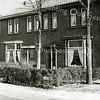 F2316<br /> De Teylingerlaan in het buurtschap Teijlingen (Voorhout). Het huis met puntdak links is van melkboer de Haas, later kruidenier  J. Mosseveld.  Het huis geheel rechts is van rijwielhandel Klaas Hekker.