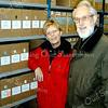f1389<br /> Sinds 10 januari 2001 beschikt de Stichting Oud Sassenheim over archiefruimte in het Gemeentehuis van Sassenheim. Links Bep Hoegee-de Nobel en rechts Herman Verhoef. Foto: 2001. Na de fusie in 2006 tot gemeente Teylingen is dit archief verplaatst naar Voorhout.