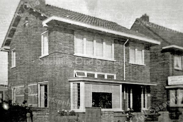 F2615<br /> Het huis van Leendert Kuijper aan de Postwijkkade nr. 6 te Sassenheim.