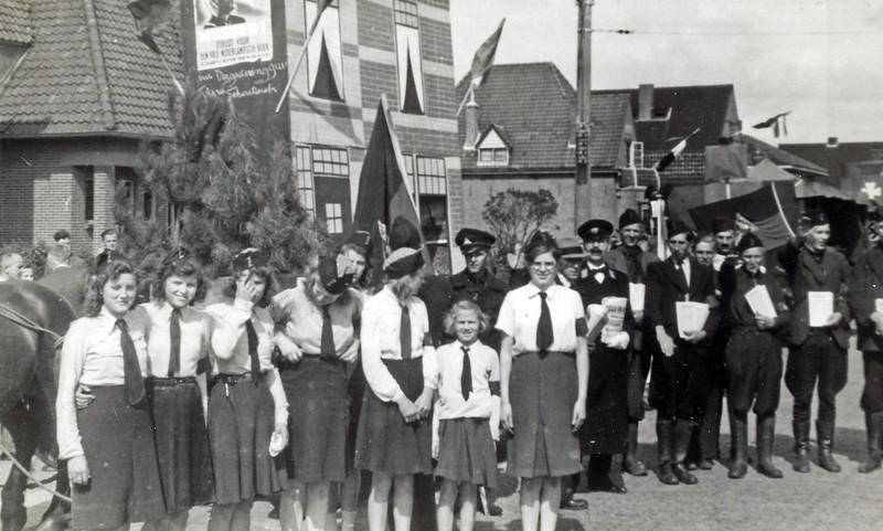 F4519<br /> Bevrijdingsoptocht. Foto: 1945.<br /> Kees van Goeverden en Ellie Verdoes staan op de foto.