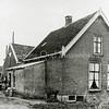 F0119 <br /> De boerderij van Kees van der Ploeg, Menneweg 18. Gebouwd in 1898. Kees kwam als 9-jarige jongen op de boerderij. Hij is geboren op 't Bijennest. Hij was liever kooiker geworden: hij was een echt natuurmens. Foto: ca. 1945