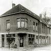 F1650 <br /> Foto van de winkel van kruidenier J.A. Mathôt, gemaakt ter gelegenheid van het 10-jarig bestaan van de zaak op 15 november 1929. Op 1 juli 1954 werd de zaak overgenomen door dhr. J.Th. van der Klugt. Nu is hier op de hoek de ABN-Amro bank.