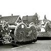 F1386i <br /> Bloemencorso 25 april 1953. De locatie is Sassenheim-noord, bij de Molenstraat. Corsowagen met als titel: 'Fantasie', tweede prijs.