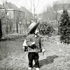 F3727<br /> In de achtertuin van de woning van Wilbrink aan de Parklaan met Dick als kleuter. Op de achtergrond de Molenstraat en de twee gashouders van het gasbedrijf. Foto: eind jaren '40.