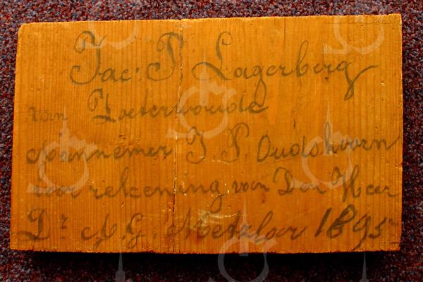 F0796 <br /> In 1956 werd het pand van foto F0794 verbouwd door D. Meijer t.b.v. van de fa. G. Lascaris. De gevel moest 1,70 m naar achteren, dus een gedeelte van het dak moest ook verdwijnen. Bij deze werkzaamheden kwam een plank tevoorschijn waarop op het uiteinde een inscriptie was aangebracht. Dit uiteinde van de plank werd afgezaagd en door aannemer D. Meijer aan de heer J. Oudshoorn geschonken. Diens dochters schonken op hun beurt het stukje plank aan de SOS. De inscriptie ziet u op deze foto. Zij luidt: 'Jac. P. Lagerberg van Zoeterwoude. Aannemer J.P. Oudshoorn voor rekening van den Heer Dr. A.G. Metzlar 1895'. Lagerberg was vermoedelijk de timmerman.