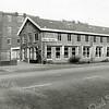 F1364 <br /> Hoofdstraat 77: het kantoor en bollenschuur van de fa. Fred de Meulder B.V., later in gebruik door de kistenfabriek M. Bakker & ZN. B.V.  De bollenschuur is gebouwd in 1925 en gesloopt in 2007. Een jaar later zijn de omliggende panden gesloopt.