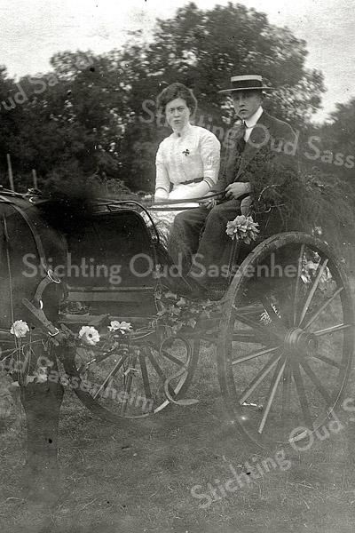 F1136 <br /> Mien en Jan van Vliet  in een versierde rijtuig tijdens de Onafhankelijksfeesten in september 1913.