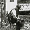 F0613 <br /> De oude heer Van der Wallen, vader van de zendeling Barend van der Wallen. Hij woonde in het Kuipershofje, dat zich bevond tussen de Hortuslaan en het kerkhof van de Ned.-herv. kerk. Het Kuipershofje is gesloopt in 1959 (zie 'Sassenheim in oude ansichten').