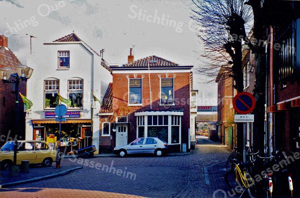 F0155 <br /> Gezicht op de Oude Haven met rechts het café De Twee Wezen (sinds 1981) en de ingang van het bouwbedrijf Kiebert. Rechts achteraan de bollenschuur van Rotteveel. Het voormalige woonhuis van Kiebert wordt verhuurd aan jongeren. Links de dierenspeciaalzaak van Kluyver (deze panden zijn gesloopt in 2004).  Foto: 1996.