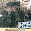 F0726 <br /> Expeditie- en verhuisbedrijf annex meubelopslag Van Leeuwen & Zn., uitgegeven ter gelegenheid van het 80-jarig bestaan van de zaak. Het bedrijf is begonnen als bodedienst, later kwamen de verhuizingen erbij, nog weer later kwam pas de meubel- en boedelopslag erbij.<br /> We zien v.l.n.r.: Piet Oudshoorn; Boudewijn van Leeuwen; Dick van Leeuwen achter het stuur; Arie Hogewoning; Willem van der Wel. Foto: 1924.