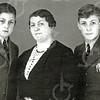 F4535<br /> Gabriëlla Anna Maria de Coster en haar zoons George en Arnold van Zonneveld.