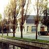 F0274 <br /> Het kantoor van het bollenbedrijf A. Frijlink & Zonen N.V. aan de Zandslootkade. Op de muur prijkt het bord PV Markt DC. Vermoedelijk was het pand tijdelijk verhuurd aan de PV-supermarkt. Foto: 1977.