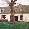 F0901 <br /> Het huis van de fam. Van Liempt op het landgoed Ter Leede. Vroeger woonhuis van dhr. Jan Hoogeboom, koetsier en tuinman van baron van Heemstra en later van dhr. Jacobs, handelaar in borstelwaren. Oorspronkelijk diende het gebouw als orangerie. Het huis is nu verbouwd. Foto: 1998.