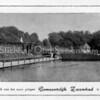 F0279 <br /> Een reclamefolder van het gemeentelijke zwembad aan het eind van de Willem Warnaarlaan. Een zwembad uit vroeger jaren, een badmeester en een douchegelegenheid op de achtergrond. Een smalle ligweide, een duikplank en een lange rij kleedhokjes. Tot eind jaren '50 was er een strikte scheiding tussen mannen en vrouwen, jongens en meisjes. Vandaar dat er in het midden van het zwembad een scherm was aangebracht. Het gedeelte op de voorgrond was voor de mannen; achter het scherm was voor de vrouwen. Halverwege de jaren '60 kwam het gemengd zwemmen in zwang. Het zwembad heeft tot einde jaren '60 dienst gedaan.   Foto: jaren '60.
