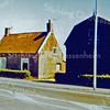F0223 <br /> Het geboortehuis (gebouwd in 1864) van mevr. Van der Veer-van Kesteren bij de Klinkenbergerbrug aan de Rijksstraatweg. Later is het huis bewoond geweest door de fam. Van Egmond. De bollenschuur ernaast is gebouwd in 1925 en is o.a. gebruikt door Van der Voet en door Duinhoven. De schuur is gesloopt in 1979 en het huis in december 1989. Foto: jaren '70.