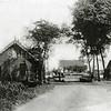 F0439 <br /> Veerpont over de Ringvaart aan het einde van de 3e Poellaan. Het pont werd handmatig voortbewogen. Aan de overkant een café-restaurant. Links het huis van de pontbaas; de laatste pontbaas was Enzler. Links naast het huis was vroeger (ca. 1930-1945) een kleine speeltuin. Foto: begin 20ste eeuw