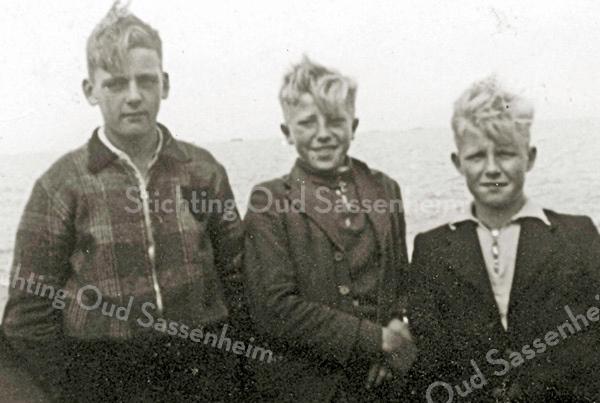 F2357<br /> V.l.n.r.: Dick Perfors, Siem Eikelenboom en Jan Barnhoorn.  Jan is hier 14 of 15 jaar en is met zijn vriendjes op de fiets naar Drente. Foto eind jaren '30.