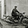 F0074 <br /> Wout Boekee op 15-jarige leeftijd op een motor zonder achterspatbord en met het woord 'Ariel' op de benzinetank. De foto is genomen achter het huis van Van Leeuwen. Dat huis was gelegen achter het huis van A. Vliem sr. aan de Oude Haven. Foto: ca. 1929.