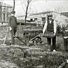 F0944 <br /> Winter 1929-1930. Links Fok Moolenaar bij zijn oom Wim Moolenaar (van de Kerklaan) aan het werk. Rechts de zoontjes van oom Wim: Fok en Kees. De bollen staan op de plek waar thans kapper van Ommeren woont en de bakkerswinkel van Oorschot heeft gestaan, aan het begin van de Lindenlaan.  Op de achtergrond rechts zien we enkele huizen aan de Meidoornlaan. Foto: 1929-1930.