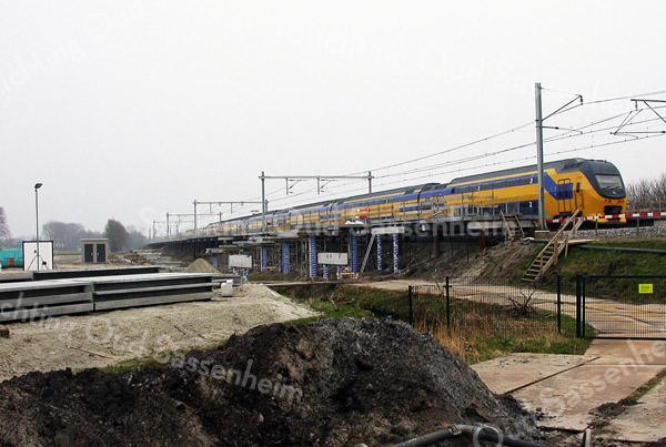 F2395<br /> De bouw van het NS-station Sassenheim nadert zijn voltooiing. Het station ligt aan de Wasbeeklaan op Warmonds grondgebied, maar is genoemd naar de dichtstbij zijnde bebouwde kom. De trein stopt nog niet; het station is officieel geopend op 9 december 2011. Foto: 2011.