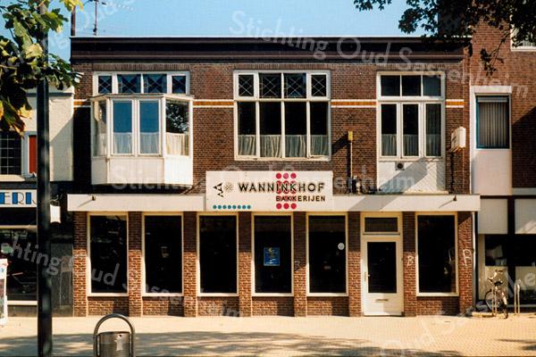 F1590a <br /> De winkel en het bovenhuis van bakker Wanninkhof. Alles is gesloopt en vervangen door nieuwbouw. Hetzelfde geldt voor slagerij Van der Berg en de groente- en fruitzaak van de gebroeders Koning. Rechts is nog een stukje van de Hema te zien. Alle panden zijn gesloopt in 2003. Foto: 2000.