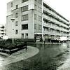 F2472<br /> Flatgebouw aan de Pelikaan in de Vliegenierswijk. Zie ook het Stratenboek van Sassenheim, pag. 252. Foto: 2001.