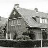 F0452 <br /> De woning van de fam. M. van Zoen, Berkenlaan 1/hoek Lindenlaan. Het bord op de zijgevel heeft als tekst:  'A.D. – Ende desespereert niet – 1935'.