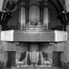 F4061 <br /> Het front van het orgel van de Gereformeerde kerk (Julianakerk) aan de Julianalaan. Het orgel van orgelbouwer Standaart uit 1921 werd in 1958 vervangen door een groter orgel van de Fa. Leeflang. Ook het orgelfront werd gewijzigd. De kerkenraadsbanken links en rechts verdwenen in 1992.