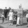 F4387<br /> Bevrijdingsoptocht. Er is een bord, gemaakt van blikken, met de tekst: 'ons eerste voedsel'. De tweede persoon rechts is Frans de Zwart. Foto: 1946