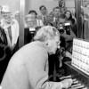 F4138 <br /> Het bezoek van koningin Juliana ivm de installatie van het Oranjecarillon. Links Vliem
