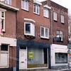 F0386 <br /> De voormalige dames-, heren- en kinderkapsalon Heemskerk aan de Hoofdstraat, hier in de verkoop. Het rechter pand van de Pizzeria Romantica, de vroegere drogisterij van Melman, gaat eveneens verdwijnen. Links een stukje van het grote pand van de Digros, die de genoemde panden heeft gekocht en deze bij de bestaande winkel gaat trekken. Foto: 1997.