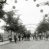 F1144 <br /> Feestelijke herdenking 1813-1913, het Onafhankelijkheidsfeest. Herauten te paard in de versierde Julianalaan. De herauten kondigden op woensdagmiddag 17 september 1913 het begin van de feestelijkheden aan. Zie ook foto G1807.