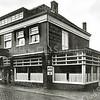 F1414 <br /> Hotel café-restaurant 'Het Bruine Paard' aan de Hoofdstraat. Vóór 1870 vergaderde hier de gemeenteraad. Nog eerder had het gebouw de functie van Regthuijs. In 1927 trok de nieuwe eigenaar Evert Teernstra erin en de Gemeente kocht de serre voor f 6000,-. Er werd een nieuwe gevel opgetrokken. In 1979 werd het pand afgebroken. Foto: jaren '30.
