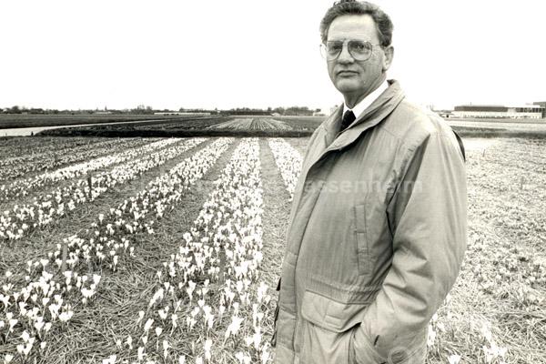 F3729<br /> De bloembollen worden streng gekeurd op ziekte en afwijkingen door de plantziekundige dienst. Deze partij crocussen wordt geïnspecteerd door dhr. Jan van der Nouland.