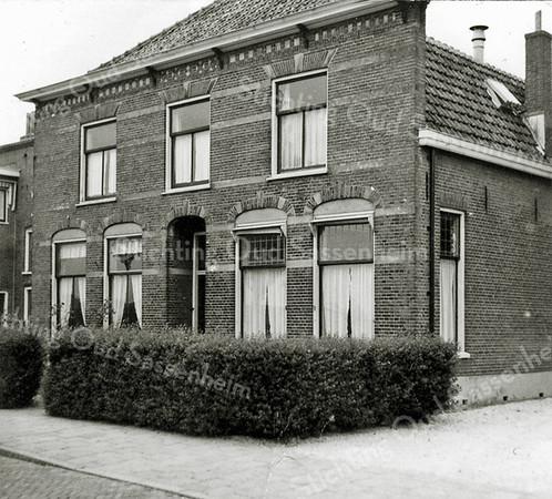F0423 <br /> Woning van de fam. P. Westerbeek sr., Zandslootkade 15 (daarvoor 14a). Uiterst links van de woning de bollenschuur van de fa. A. Frijlink & Zn. Hier ziet u hetzelfde pand als op foto F0025; alleen hier zijn de bomen voor het huis weg. Van 1947 tot 1959 woonde hier de familie A. Helmus met zijn narcissenkokerij. Het huis is in 1959 omgebouwd tot een kantoor voor A. Frijlink & Zn. Het huis is afgebroken in 1962. Op de plaats van het woonhuis zijn naderhand de kantoren van de fa. Frijlink gebouwd. Nu (2016) is hier een blok woningen en (sinds 1981) de Prins Clausstraat. Foto: jaren '50.