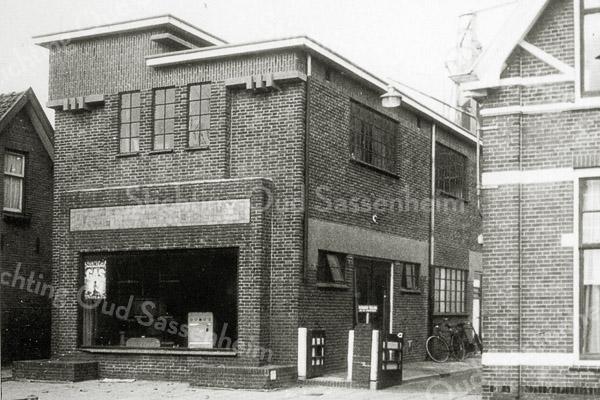 F0660 <br /> Het nieuwe kantoor annex showroom van het Gas- en Waterbedrijf aan de Molenstraat. Het gebouw is in de jaren '80 gesloopt. Nu (2016) is er het aannemersbedrijf  van de fa. Kiebert gevestigd. Foto: ca. 1960.