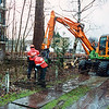 F2592<br /> Achter de flats aan de Crocussenstraat, worden oude bomen en struiken verwijderd. Foto: 2004.
