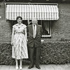 F3955<br /> Nel Lindaard–de Groot, gefotografeerd voor het huis in de Meidoornlaan. Naast haar staat haar schoonvader, de heer Karel Lindaard, de vader van Theo Lindaard.
