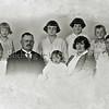 F0999 <br /> Het gezin van J.A. van der Voort. Eerste rij: Herman, J.A. v.d. Voort, Trees, Th. Alkemade en Dick. Achterste rij: Truus, Bep, Ina, Doke, Aad en Toos. Foto: ca. 1930.