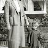 F3032<br /> Ada Hoogeveen samen met haar moeder  Mien Hoogeveen-v.d.Meer naar de kermis. Foto:1957.