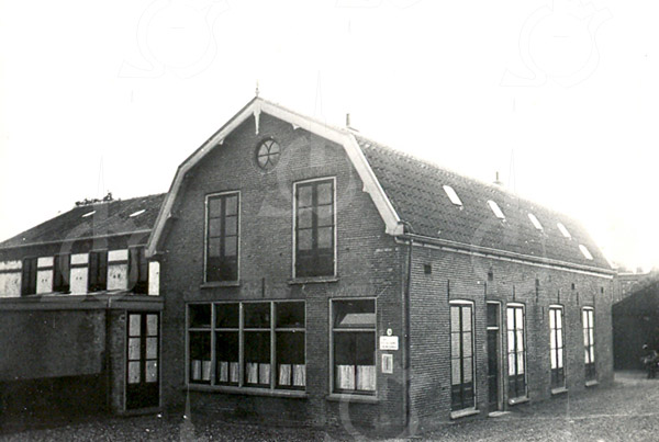 F4250<br /> <br /> De bollenschuur van Klaas Klijn aan de Teijlingerlaan. Het pand is later door drukkerij J.W. de Gruijter overgenomen. Daarna heeft Klaas Colijn er gewoond en is in 1938 door L. van Nieuwkoop in gebruik genomen.