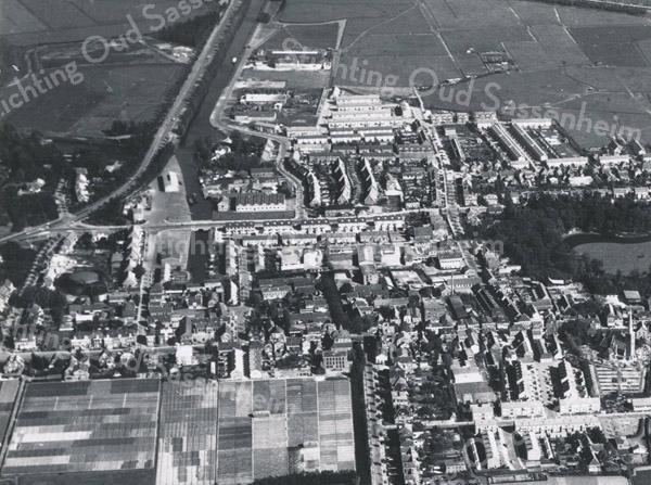 F3564<br /> Luchtfoto van Sassenheim. Rechtsonder staat de Dorpskerk. Daarboven is een deel van park Rusthoff te zien.